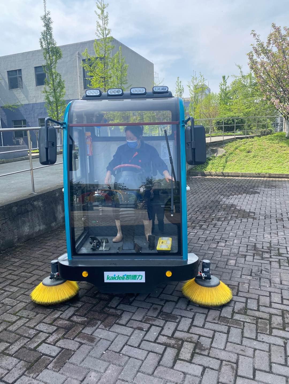 驾驶式扫地机在大学清洁助力