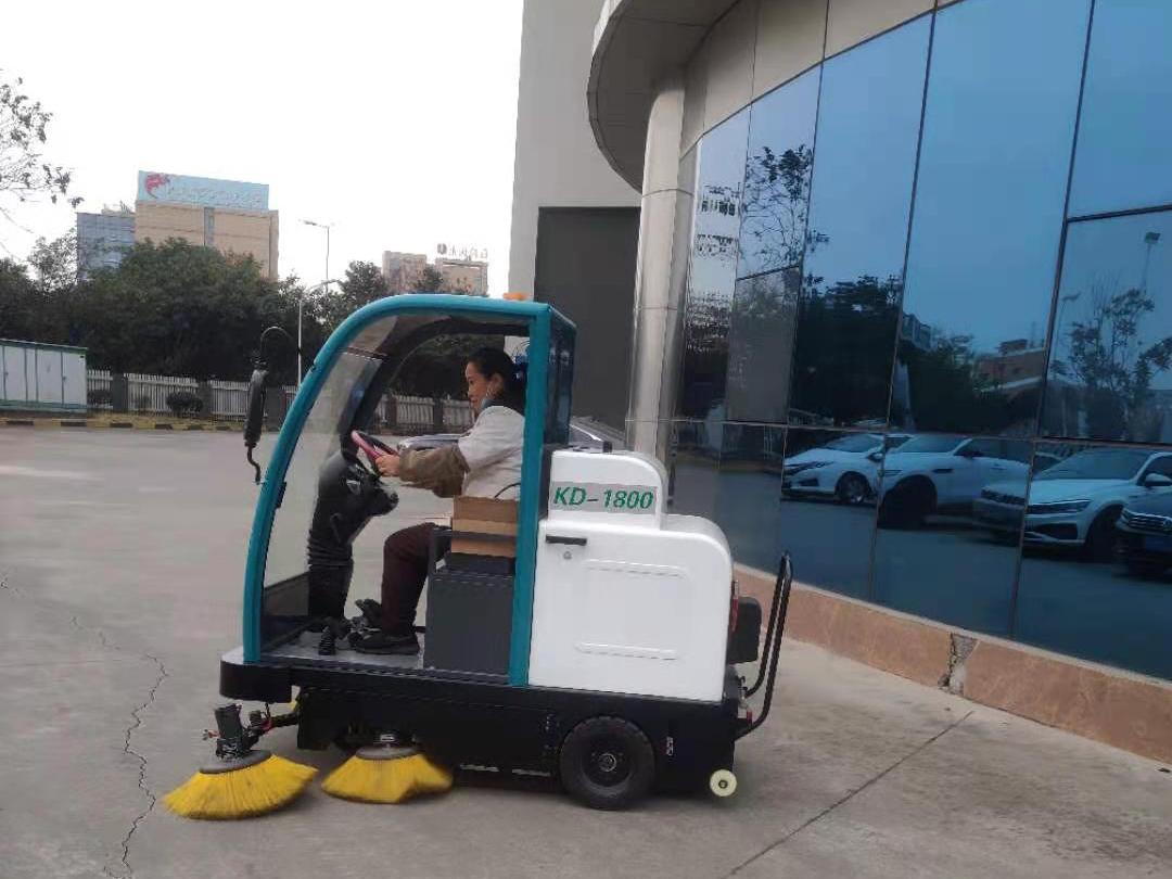 物流园区清扫使用电动扫地机
