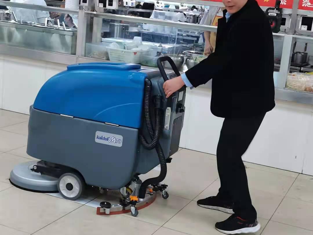 重庆学院为食堂清洁采购了手推式全自动洗地机