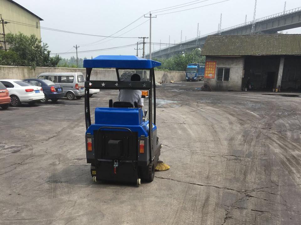 电动驾驶扫地机在煤厂的清扫使用