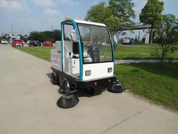 公园景区使用电动驾驶扫地机清洁环境卫生